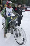 Jari Ahlbom kolaroi pahan näköisesti sunnuntain ensimmäisessä lähdössä. Mies selviytyi lipasta ehjin nahoin ja kilpaili seuraavalla ajovuorollaan.