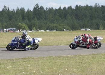 Sami Penna ahdistelee Tuulen Jonnea. Sami ajoi toiseksi Superporteissa. Kuva: (c) Janne Tervola