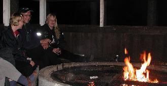 Edelleen perjantaita grillikatoksessa. Tuomas Hakkarainen naisineen sekä Söhmin Suurvisiiri Epi. Kuva: (c) antza@nic.fi