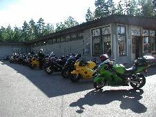 Osa mopoista kokoontuneena Sulkavan Lomakeskukseen odottelemassa lauantain ajelulle lähtöä. Kuva: (c) antza@nic.fi