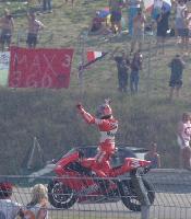 Biaggi juhlii voittoaan ja Moto GP -Kisan jälkeen radalla vallitsi kaaos. Kuva 2002 (c) Manu Hakola