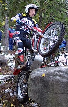 Joachim Hindrén on tämän vuoden trialin Suomen mestari. Nyt saavutettu mestaruus on Hindrénin kahdeksas henkilökohtainen SM-kulta. Kuva 2002 (c) Markus Ström